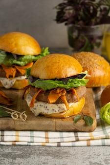 Composition avec un délicieux burger végétalien