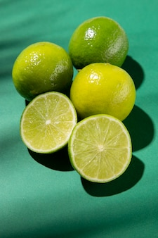 Composition De Délicieux Citrons Verts Exotiques Photo gratuit