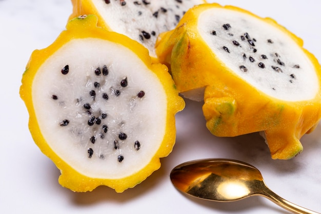 Composition de délicieux fruits du dragon jaune exotique