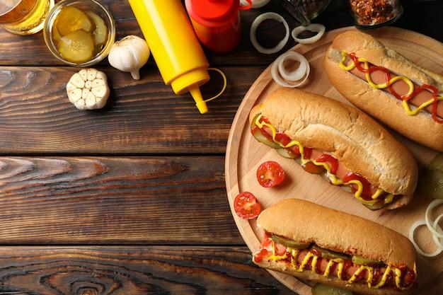 Composition avec de délicieux hot-dogs sur une surface en bois