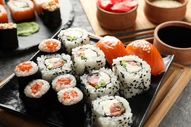 Composition avec de délicieux rouleaux de sushi. nourriture japonaise