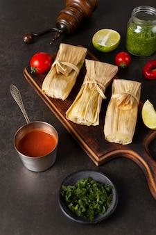 Composition de délicieux tamales sur assiette