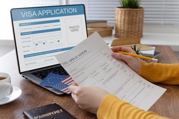 Composition de la demande de visa avec le drapeau de l'europe et de l'amérique
