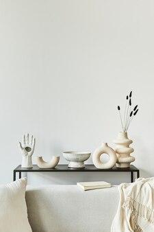 Composition de design d'intérieur de salon élégant et confortable avec espace de copie, canapé d'angle, table basse, textile et accessoires personnels. style classique scandinave.