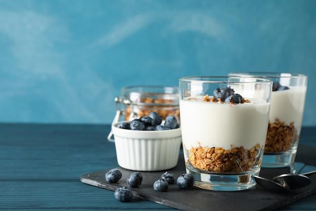 Composition avec des desserts parfaits sur fond bleu clair