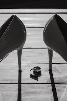 Composition de détails du matin nuptiale. vue latérale des anneaux de mariage