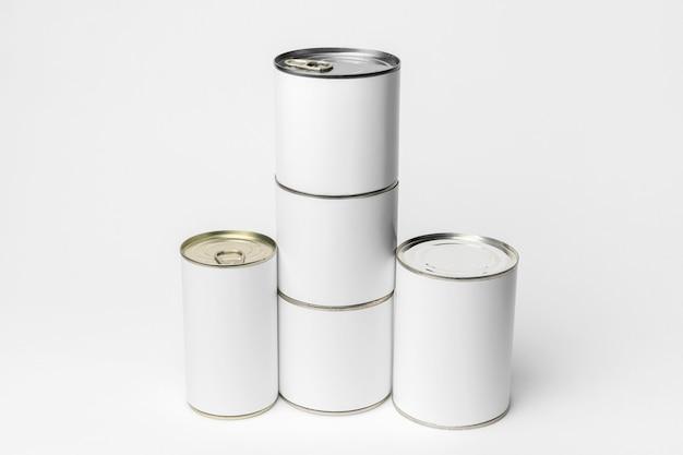 Composition de différentes boîtes de conserve avec des étiquettes blanches