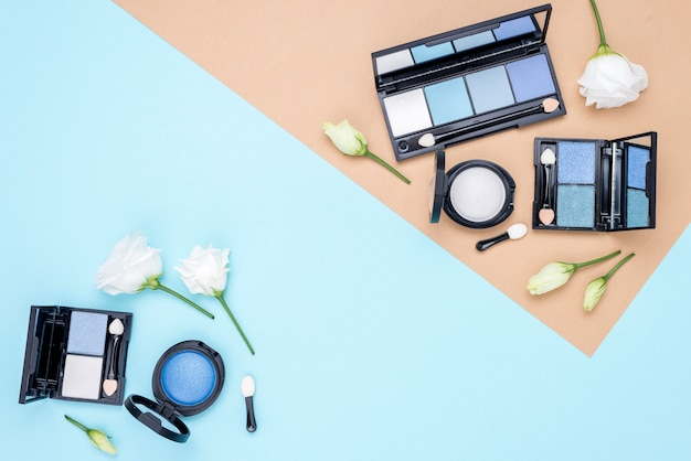 Composition de différents cosmétiques avec espace copie sur fond bicolore