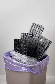 Composition de différents objets mis à la poubelle