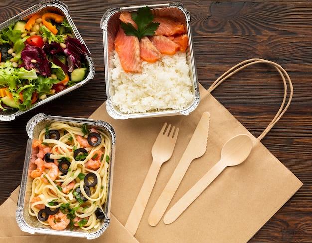 Composition avec différents repas sur une table en bois