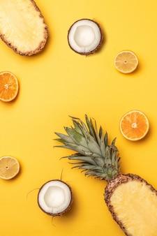 Composition de divers fruits exotiques frais sur fond jaune