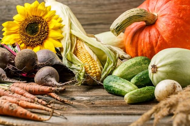 Composition avec divers légumes sur table en bois