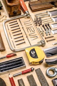 Composition de divers outils mécaniques liés au métier de charpentier.