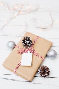 Composition du cadeau de noël avec décorations et guirlandes