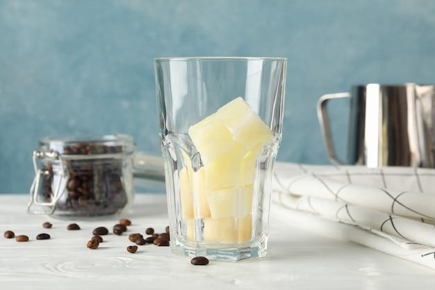 Composition avec du café glacé sur fond en bois blanc