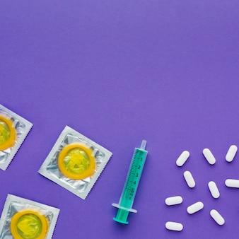 Composition du concept de contraception sur fond violet avec espace copie