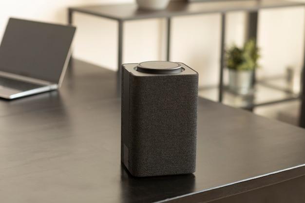 Composition du haut-parleur intelligent sur la table