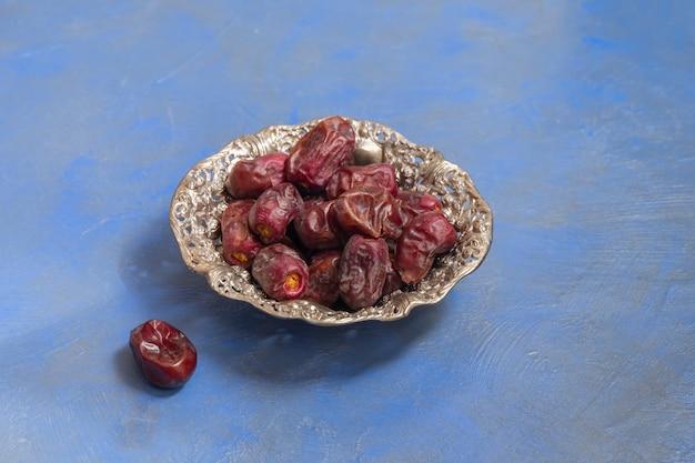 Composition du jeûne du ramadan. dattes séchées dans une plaque métallique