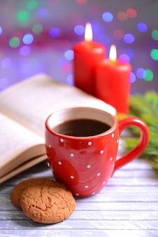 Composition du livre avec une tasse de café et des décorations de noël sur table sur fond clair
