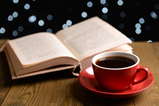Composition du livre avec une tasse de café sur la table