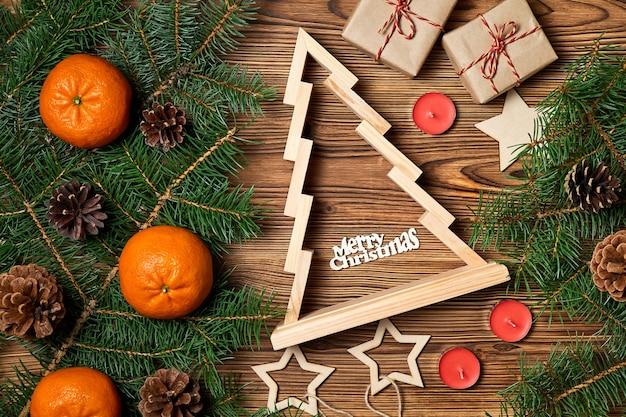 Composition du nouvel an de l'arbre de noël avec l'inscription joyeux noël sur fond en bois avec accessoires de noël