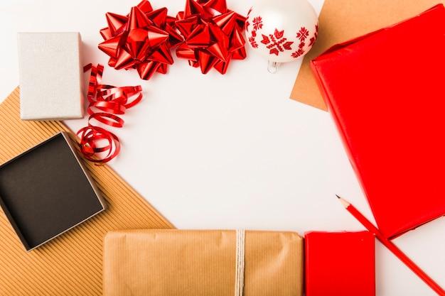 Composition du nouvel an avec des boîtes festives et des arcs rouges