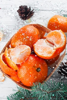 Composition du nouvel an dans le panier avec des mandarines