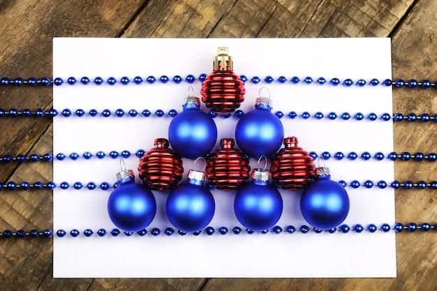 Composition du nouvel an décorations d'arbre de noël sur la table et la feuille avec des notes de musique