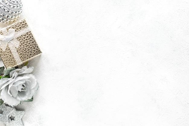 Composition du nouvel an. décorations de noël blanc et or sur fond blanc mise à plat, vue du dessus, espace copie