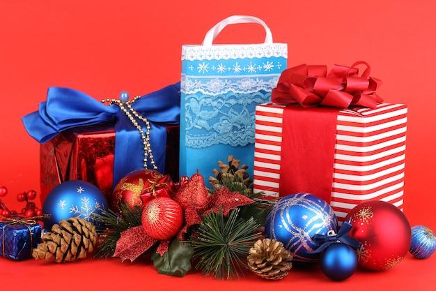 Composition du nouvel an du décor et des cadeaux du nouvel an sur rouge