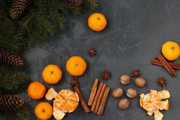 Composition du nouvel an avec mandarines, anis, noix, bâtons de cannelle et orientation des branches de sapin vert