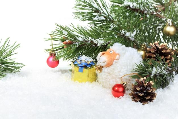 Composition du nouvel an avec un mouton - un symbole de 2015 sur le calendrier oriental, sur fond blanc