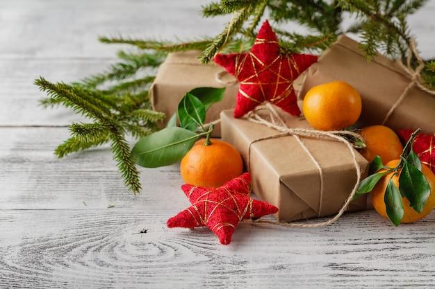 Composition du nouvel an de noël avec des branches de sapin et des mandarines orange sur la vieille table en bois de style rustique, selective focus