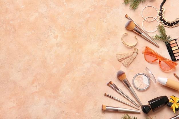Composition du nouvel an avec des produits cosmétiques de maquillage sur une surface de couleur