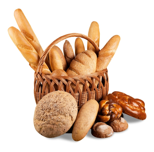 Composition avec du pain dans un panier en osier isolé sur blanc