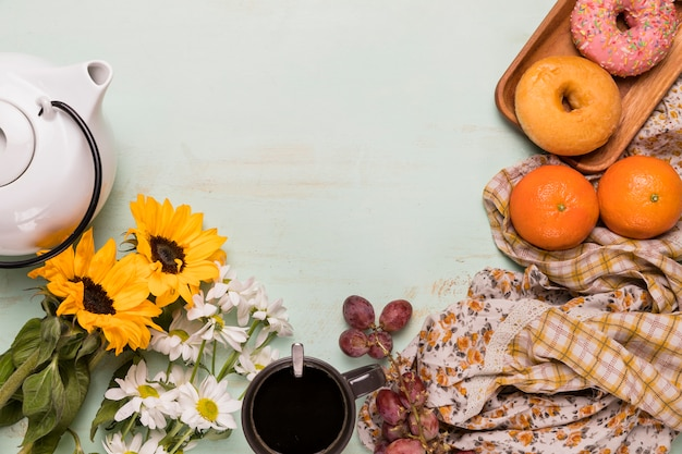 Composition du petit-déjeuner avec des fleurs