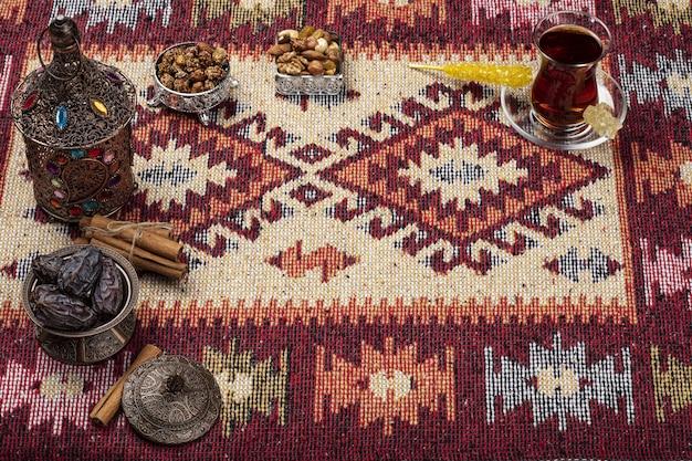 Composition du ramadan avec dattes séchées et tasse de thé
