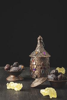 Composition du ramadan avec lanterne et assiette de dattes séchées