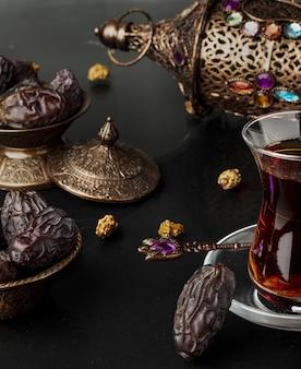 Composition du ramadan avec tasse de thé et dattes séchées