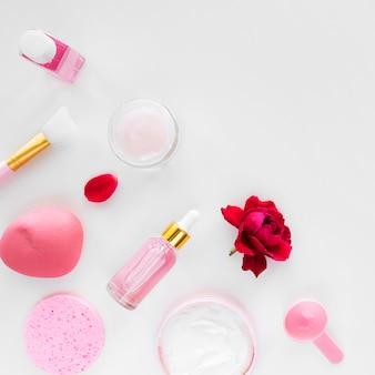 Composition du soin spa avec des articles à la rose