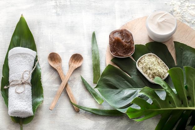 Composition du spa avec des articles de bien-être pour les soins du corps.