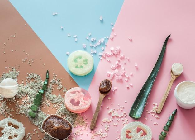 Composition du spa avec des articles de soins corporels sur une surface colorée