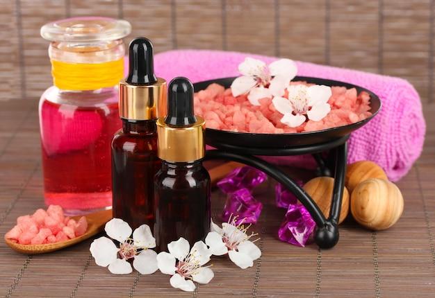 Composition du spa avec des huiles aromatiques sur gros plan de table