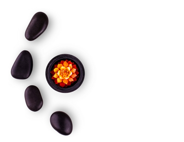 Composition du spa. pierres noires et une bougie