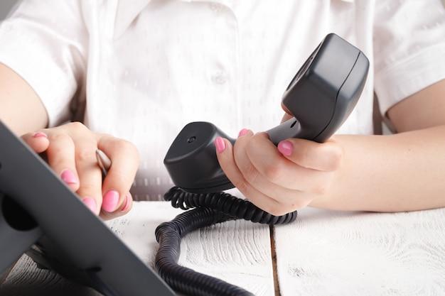 Composition du téléphone voip au bureau, des détails du clavier et du moniteur
