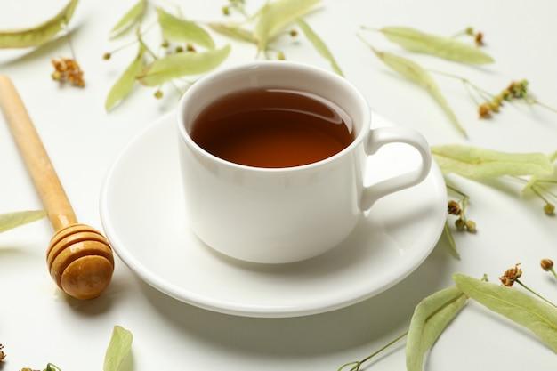 Composition avec du thé au tilleul sur blanc, gros plan. thé naturel