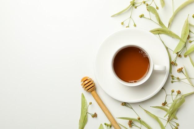 Composition avec du thé au tilleul sur blanc, vue de dessus. thé naturel