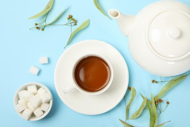 Composition avec du thé au tilleul sur bleu, vue de dessus. thé naturel