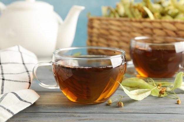 Composition avec du thé au tilleul sur bois, gros plan.