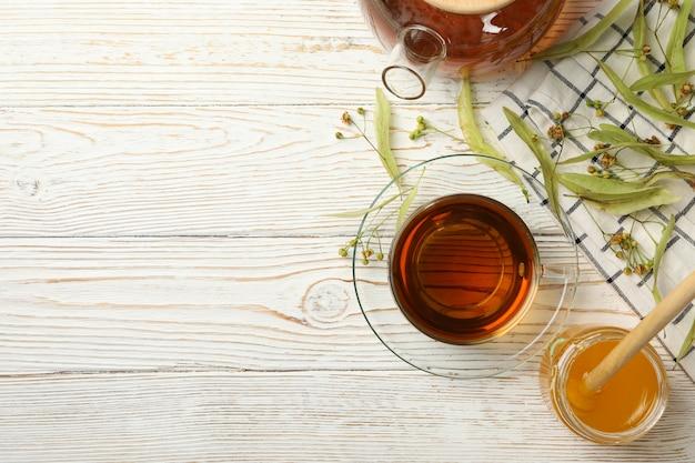 Composition avec du thé au tilleul sur bois, vue de dessus.
